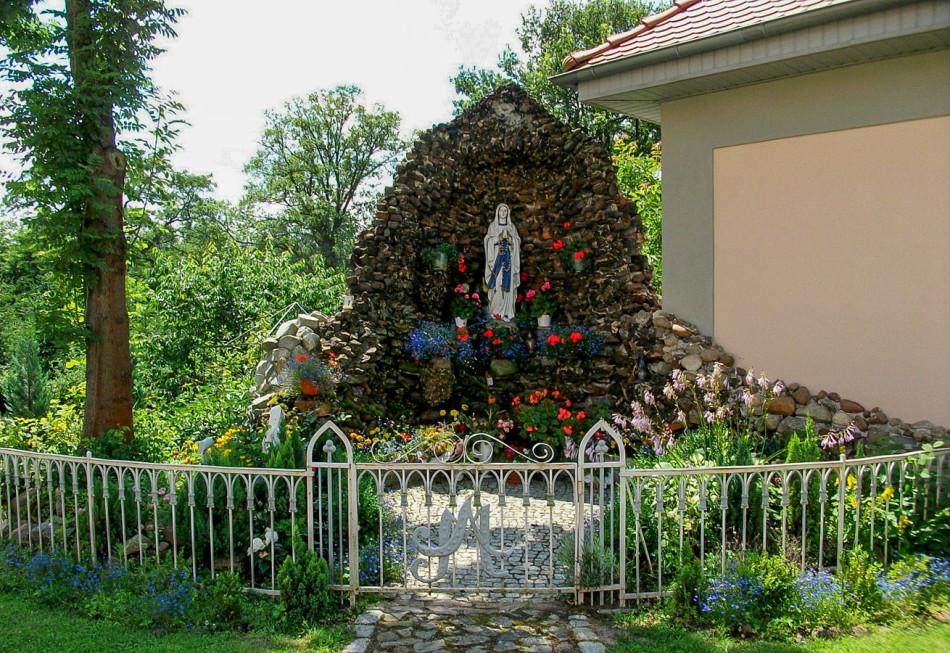 Grota Matki Boskiej przy kościele parafialnym. Nowogród Bobrzański, powiat zielonogórski.