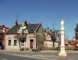 Przydrożna kapliczka słupowa, figura św. Wawrzyńca w rynku. Babimost, powiat zielonogórski.