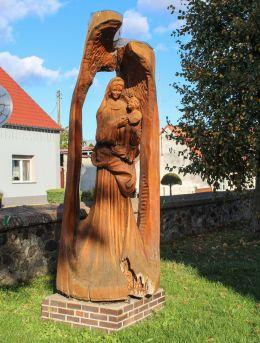 Rzeźba drewniana Matki Bożej z Dzieciątkiem przy kościele pw. Narodzenia NMP. Nowe Kramsko, gmina Babimost, powiat zielonogórski.