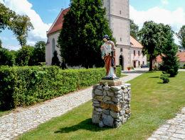 Figura św. Józefa z Jezusem przy kościele poaugustiańskim. Nowogród Bobrzański, powiat zielonogórski.