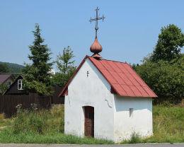 Przydrożna kapliczka domkowa, murowana z 1879 roku. Bodaki, gmina Sękowa, powiat gorlicki.