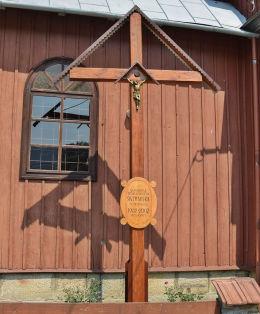 Krzyż pamiątkowy z okazji stulecia świątyni św. Dymitra w Bodakach 1902 - 2002. Bodaki, gmina Sękowa, powiat gorlicki.