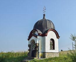 Łemkowska kapliczka domkowa, murowana na planie krzyża greckiego. Męcina Wielka, gmina Sękowa, powiat gorlicki.