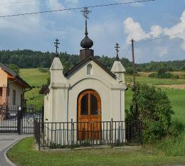 Kapliczka przydrożna, domkowa (apsydowa), kamienna. Pętna, gmina Sękowa, powiat gorlicki.