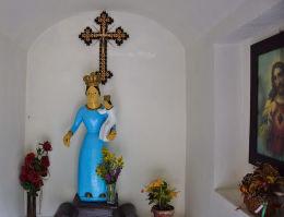 Wnętrze przydrożnej kapliczki z figurą Matki Boskiej. Sękowa, powiat gorlicki.