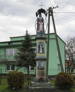 Przydrożna dwukondygnacyjna kapliczka słupowa z 1880r. Gołuchowice, gmina Skawina, powiat krakowski.