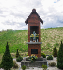 Przydrożna kapliczka Matki Boskiej. Fundatorzy Maria i Fryderyk Sobczykowie 16.VII.2001 r. Maszków , gmina Iwanowice, powiat krakowski.