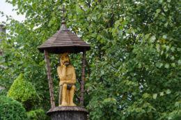 Kapliczka przydrożna z figurą Jezusa Frasobliwego. Limanowa, powiat limanowski.