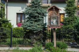 Przydrożna drewniana kapliczka skrzynkowa na słupku. Młynne, gmina Limanowa, powiat limanowski.