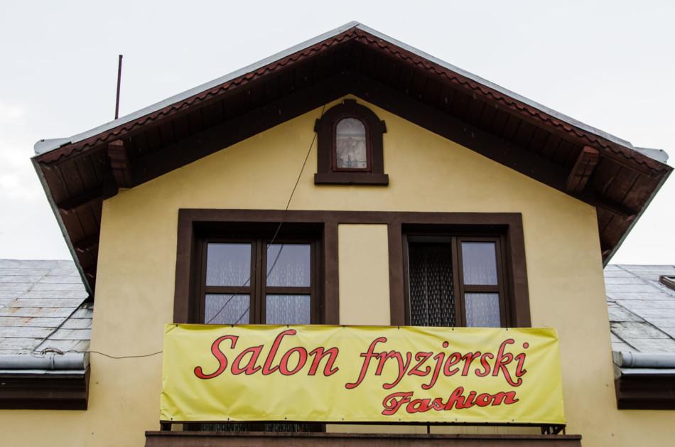 Kapliczka w sczycie budynku. Stary Sąc, powiat nowosądecki.