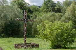 Krzyż przydrożny. Bartkowa-Posadowa, gminaGródek nad Dunajcem, powiat nowosądecki.