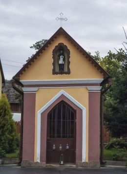 Przydrożna kapliczka domkowa. Nowy Sącz, powiat nowosądecki.