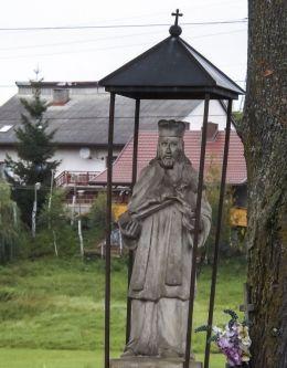 Przydrożna kapliczka z figurą św. Jana Nepomucena. Paszyn, gmina Chełmiec, powiat nowosądecki.