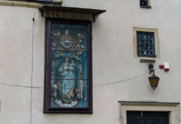 Kapliczka na ścianie budynku. Stary Sącz, powiat nowosądecki.