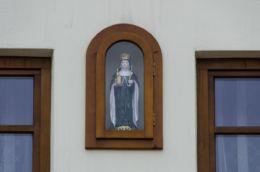 Kapliczka wnękowa w ścianie domu. Stary Sącz, powiat nowosądecki.