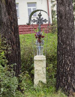 Krzyż przydrożny metalowy na kamiennym postumencie. Berest, gmina Łabowa, powiat nowosądecki.