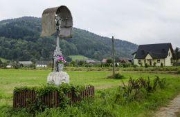 Krzyż przydrożny metalowy na kamiennym postumencie. Pod Brunarami, gmina Grybów, powiat nowosądecki.