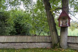 Kapliczka, na drzewie z figurą Jezusa Frasobliwego. Binczarowa, gmina Grybów, powiat nowosądecki.
