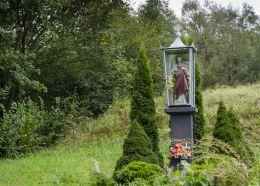 Przydrożna kapliczka oszklona z figurą Chrystusa. Cieniawa, gmina Grybów, powiat nowosądecki.