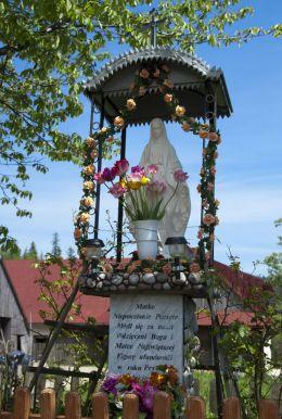 Przydrożna kapliczka z figurą Matki Boskej Niepokalanej z 2001 r. Projektant i wykonawca - Józef Łazarz. Sidzina, gmina Bystra-Sidzina, powiat suski.