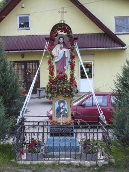 Przydrożna kapliczka z figurą Serca Pana Jezusa.  Fundator Jan Pastwa. Sidzina, gmina Bystra-Sidzina, powiat suski.