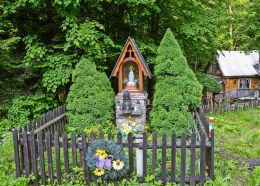 Przydrożna kapliczka drewniana. Sucha Beskidzka, powiat suski.
