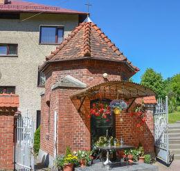 Kapliczka domkowa murowana przy kościele Matki Boskiej Pocieszenia. Budzów, powiat suski.