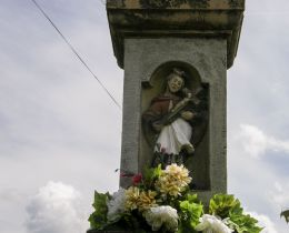Przydrożna kapliczka z figurą Matki Bożej z Dzieciątkiem z  w 1918 r.  Fundatorzy Wawrzyńec i Katarzyna Wróblowie. Bystra, powiat suski.
