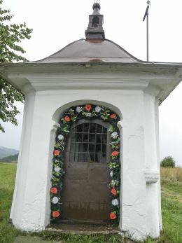 Przydrożna kapliczka domkowa ufundowana przez Jana Kacenę w 1826 r. Krzeszów, gmina Stryszawa, powiat suski.