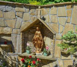 Kapliczka przy kościele pw. Matki Bożej Wspomożenia Wiernych. Palcza, gmina Budzów, powiat suski.
