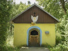 Kapliczka przydrożna domkowa murowana. Stryszawa, powiat suski.