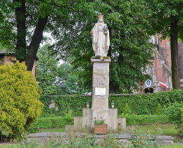 Figura Chrystusa Króla przy kościele Nawiedzenia Najświętszej Maryi Panny. Sucha Beskidzka, powiat suski.