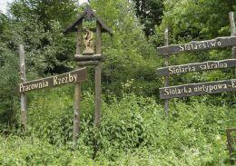 Przydrożna kapliczka drewniana z figurą Jezusa Frasobliwego. Sucha Beskidzka, powiat suski.