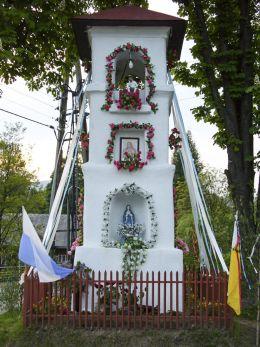 Przydrożna kapliczka położona na roli Sołtystwo, przy rozwidleniu dróg do Bystrej i Toporzyska. Sidzina, gmina Bystra-Sidzina, powiat suski.