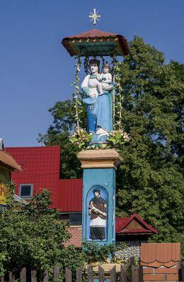 Przydrożna kapliczka z figurą Matki Bożej z Dzieciątkiem. Fundator W. K. Wojtusiak. Sidzina, gmina Bystra-Sidzina, powiat suski.