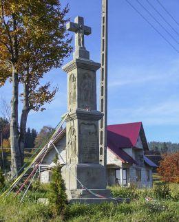 Kapliczka z figurą Chrystusa Ukrzyżowanego. Położona na Przełęczy Zubrzyckiej. Ufundowana w 1897 r. przez Ufundowana przez Błażeja i Annę Czarnych. Sidzina, gmina Bystra-Sidzina, powiat suski.
