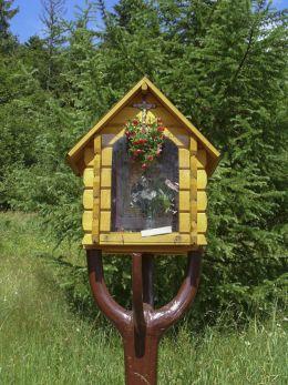 Przydrożna mała drewniana kapliczka na Hali Malinowej z obrazem Matki Boskiej Sidzińskiej. Sidzina, gmina Bystra-Sidzina, powiat suski.