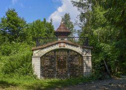Kapliczka, murowana grota z obrazem Matki Boskiej Akowskiej. Sidzina, gmina Bystra-Sidzina, powiat suski.