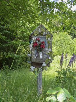 Stara przydrożna mała kapliczka drewniana na Hali Malinowej. Sidzina, gmina Bystra-Sidzina, powiat suski.