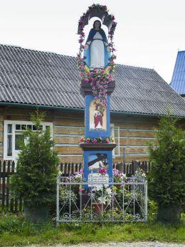 Kapliczka z figurą Matki Bożej Niepokalanie Poczętej z 1905 r. Ufundowana przez rodzinę Nieużytków. Sidzina, gmina Bystra-Sidzina, powiat suski.