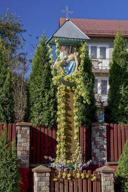 Przydrożna kapliczka z figurą Piety z 1820 r. Sidzina, gmina Bystra-Sidzina, powiat suski.