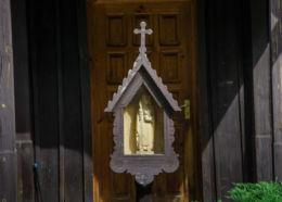 Przydrożna drewniana kapliczka skrzynkowa na słupku. Jamna, gmina Zakliczyn, powiat tarnowski.