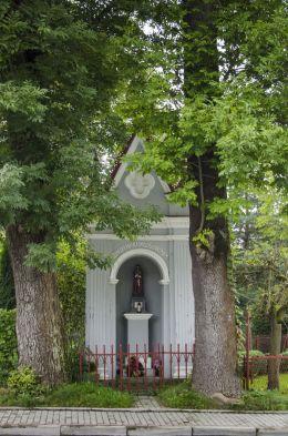 Kapliczka przydrożna domkowa murowana. Zakliczyn, powiat tarnowski.