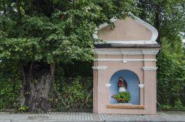 Przydrożna kapliczka z figurą św. Jana Nepomucena. Zakliczyn, powiat tarnowski.