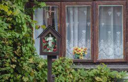 Przydrożna kapliczka drewniana skrzynkowa. Zakliczyn, powiat tarnowski.