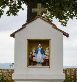 Przydrożna kapliczka stojąca na skraju wsi. Jamna, gmina Zakliczyn, powiat tarnowski.