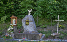 Kapliczka przydrożna stojąca obok pomnika poświęconego poległym Patriotom. Skawinki, gmina Lanckorona, powiat wadowicki.