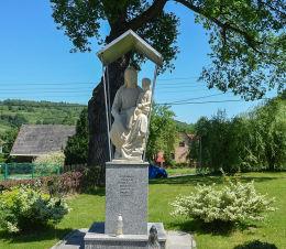 Figura św. Anny stojąca na dawnym miejscu ołtarza kościoła św Anny przy którym od XV wieku sprawowano służbą Bożą. Zakrzów, gmina Stryszów, powiat wadowicki.