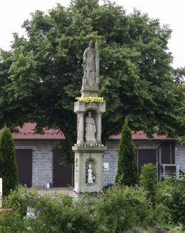 Przydrożna kapliczka z figurą św. Floriana. Kunice, gmina Gdów, powiat wielicki.
