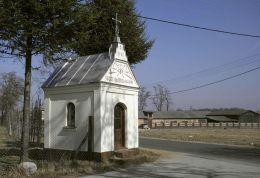 Kapliczka przydrożna, domkowa stojąca przy drodze Przybyszew - Rykały. Mała Wieś, gmina Promna, powiat białobrzeski.